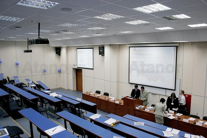 Учебная аудитория, оснащенная мультимедийными проекторами Toshiba и проекционными экранами Draper