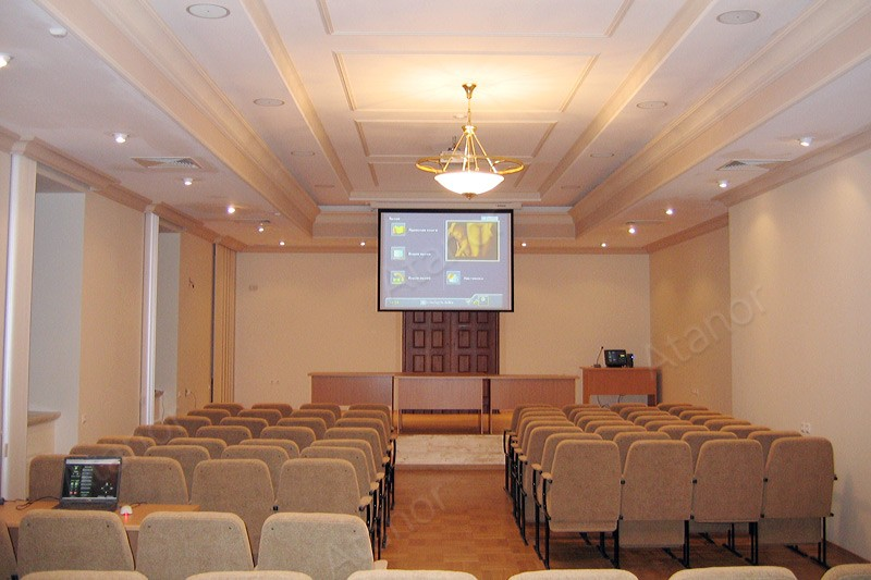 Учебная аудитория, оснащенная экраном и проектором